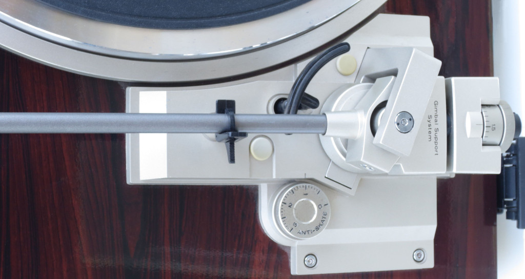 Hitachi HT 500 Quartz Turntable Tonearm Detail