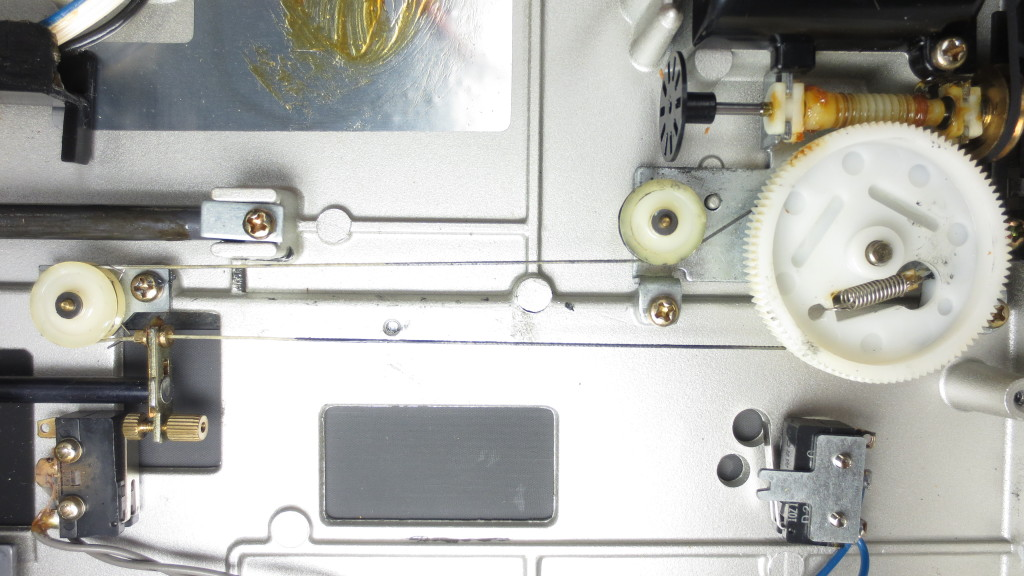 Technics SL 10 Turntable - This image shows the thread-drive in its entirety. The thread is greased throughout. Again, the whole thread is kept under tension by the spring in the main gear.